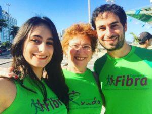 Miriam com a mãe, Viviane, e o irmão, Alexandre, durante a corrida de Fibra para divulgar a FC.