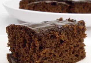 Bolo de chocolate com açúcar mascavo e calda de chocolate