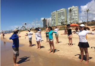 Projeto Fisio Verão leva pessoas com Fibrose Cística para a praia e estimula a prática de atividades físicas