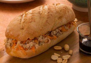 Sanduíche de frango com molho de amendoim