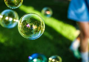 #TôemCasa | DICA #31: Use o que já tem em casa e faça bolhas de sabão