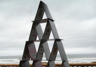 #TôemCasa | DICA #32: Junte toda a família para construir um castelo de cartas!