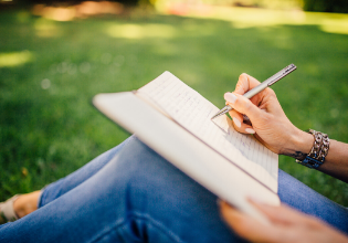 #TôemCasa   DICA #22: Comece um diário para expressar seus pensamentos