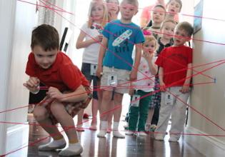 """#TôemCasa   DICA #44:  Utilize barbantes para brincar de """"Missão Impossível"""" com as crianças"""