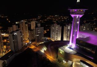 Torre Alta Vila em Belo Horizonte é iluminada de roxo em alusão ao Mês da Fibrose Cística
