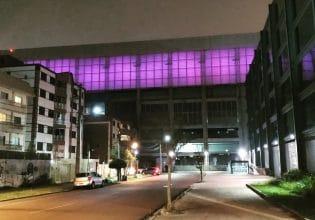 Arena da Baixada em Curitiba é iluminada de roxo em alusão ao Mês da Fibrose Cística