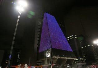 Prédio da FIESP em São Paulo é iluminado de roxo em alusão ao Mês da Fibrose Cística