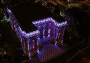 Câmara Municipal de Curitiba/PR é iluminada de roxo em alusão ao Mês da Fibrose Cística